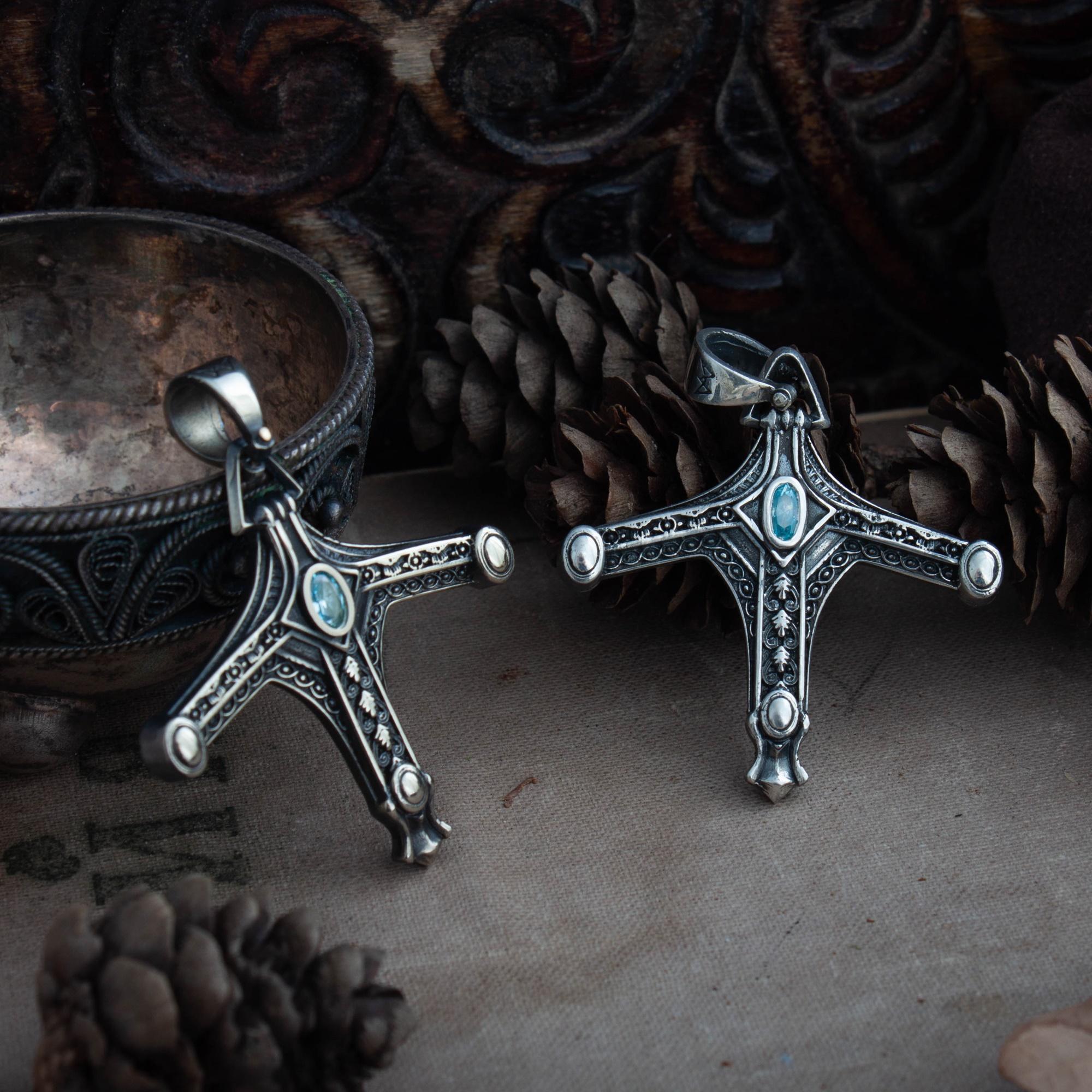 Кулон «Значок охотника с мечом»